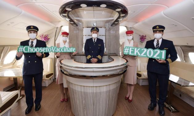 Ünnepi repülés oltott utasokkal és személyzettel