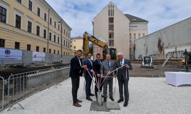 Négycsillagos szálloda alapkövét tették le Debrecenben