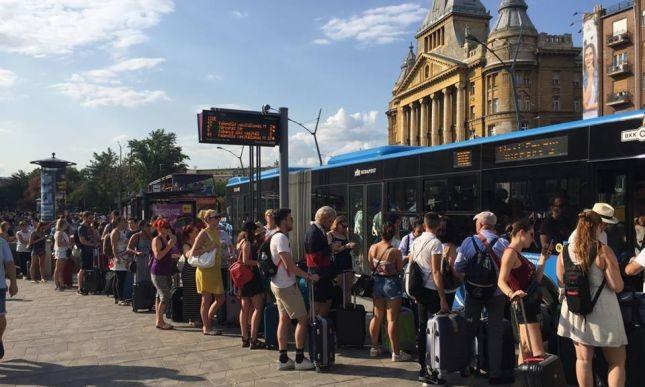 Nem bírta a reptéri busz a fesztiválozók rohamát