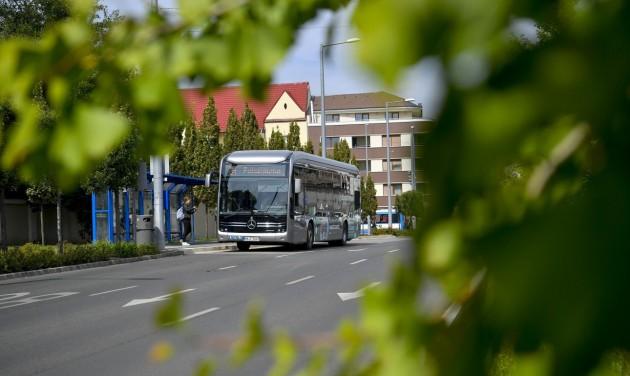 Próbaúton a zöld busz Debrecenben