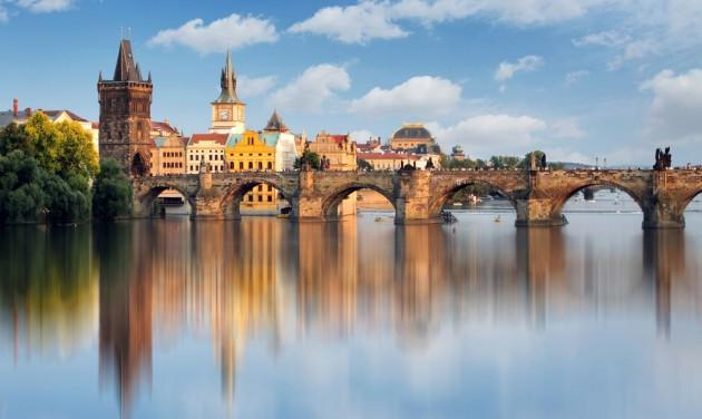A prágai Károly hídon közös vacsorával zárják le a járványt