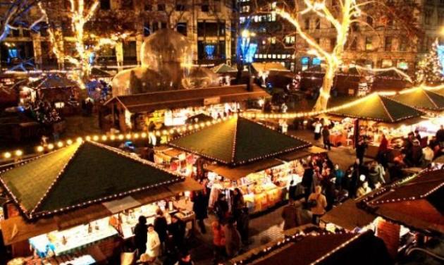 Adventi gyertyagyújtás a Vörösmarty téren