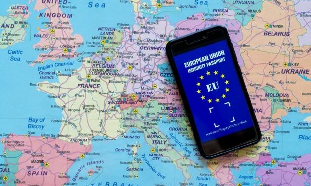 Nyárra jön a zöld EU-s útlevél, amivel szabadabban utazhatunk