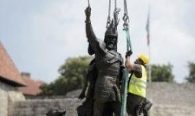 Visszakerült a helyére az egri Dobó-szobor
