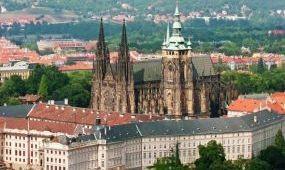 Fémdetektorokkal ellenőrzik a turistákat a prágai várban