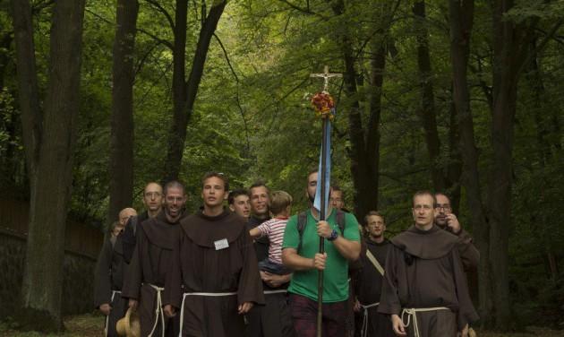 Hatvan szerzetes gyalogol Szentkútra