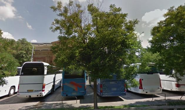 Káoszt hozott a buszparkoló bezárása a Hősök terén
