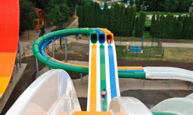 Telefoneldobással avattak csúszdaparkot Sárváron