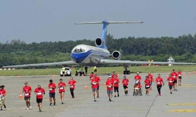 Több mint 1100-an futottak a budapesti reptéren