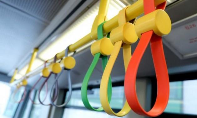 Hangulatkeltő színes kapaszkodók a bécsi metrón