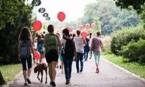 Diákok sétálnak a Margitszigeten a csodalámpás beteg gyermekek álmaiért