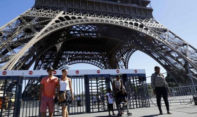 Megkezdődött az Eiffel-torony körül a golyóálló üvegfal építése