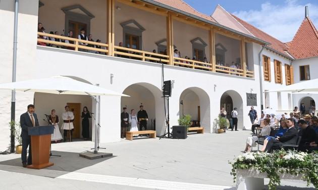 Átadták a felújított Rákóczi-várkastélyt Borsiban
