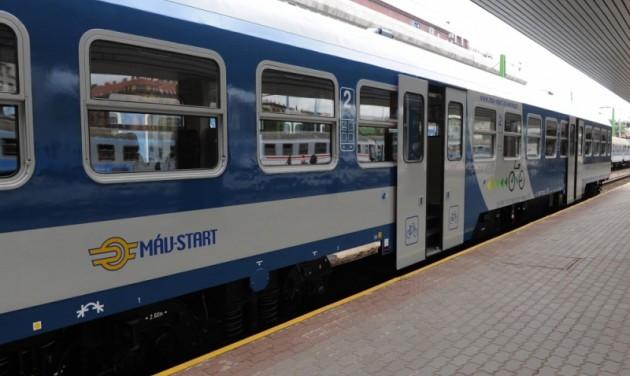 Több vonat, kényelmesebb kocsik idén nyáron a Balatonra