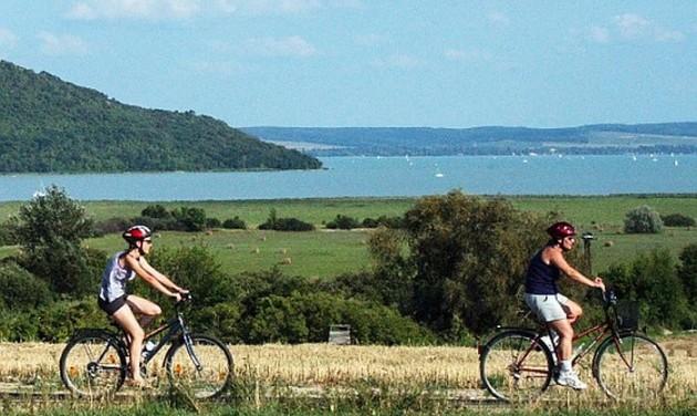 Már pogyászszállítást is kínálnak a Balaton körül kerékpározóknak