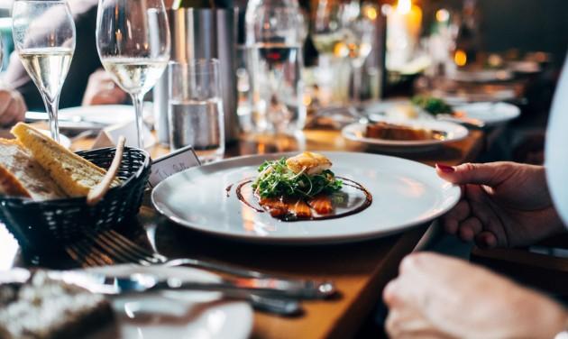 Kötelező szervizdíj és garantált béremelés a vendéglátásban?