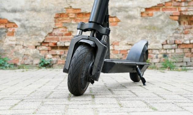 Engedély kell az e-rollerek utcai parkolásához Terézvárosban