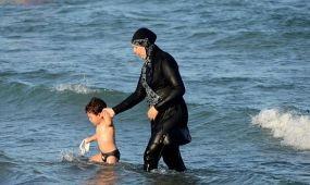 Szigonypuska- és burkini-pánik egy horvát strandon
