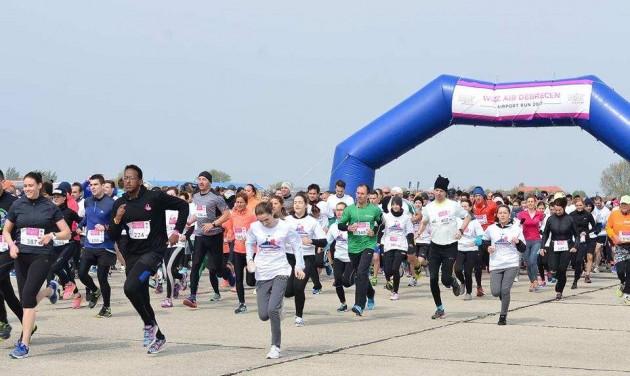 Futóverseny a Debreceni Repülőtér kifutópályáján