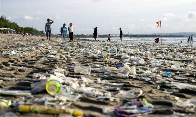 Műanyag szemétözön Bali partjainál