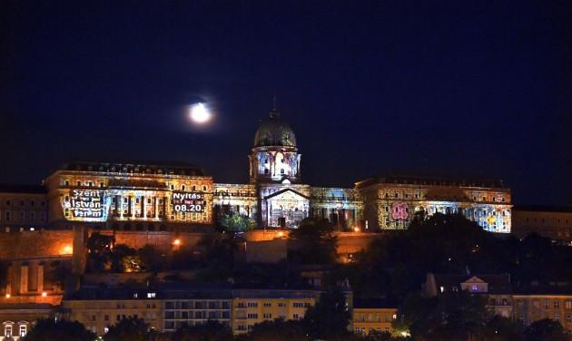 Látványos fényfestés díszíti esténként a Budavári Palotát