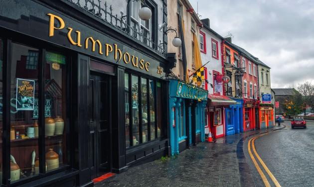 Szerdától hat hétre lezárják Írországot