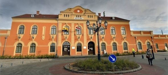Hivatalosan is átadták a felújított váci vasútállomást