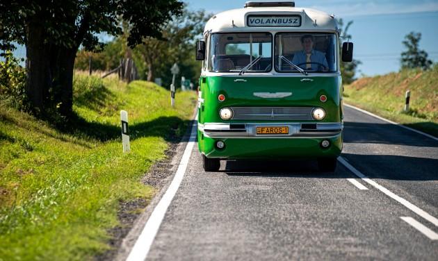 Retró vonatokkal és buszokkal utazhatunk a Balaton északi partján
