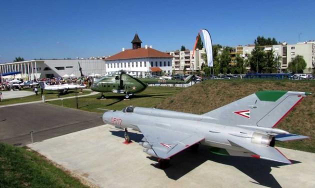 Munkácsy-festmények és repülőgépek között Szolnokon