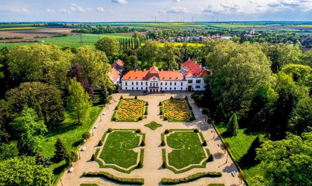 Ismét látogatható a fertődi és a nagycenki kastély, nyitnak a soproni múzeumok