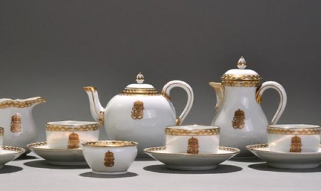 Porcelánok a királyi asztaltól a panel vitrinig