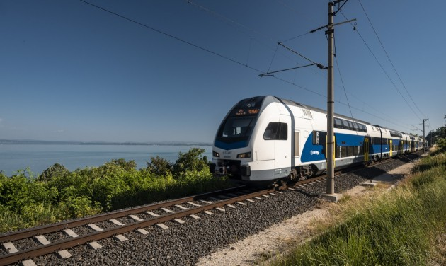 Emeletes vonattal utazhatunk a Balatonra a nyári hétvégéken