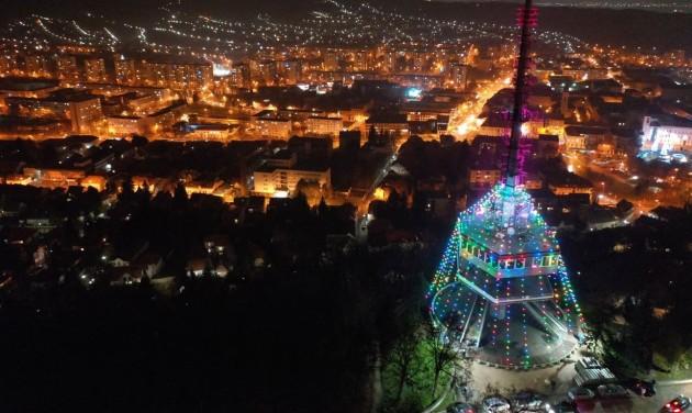 Az ország legnagyobb karácsonyfája lett a miskolci Avasi kilátó