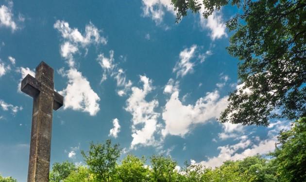 Népszerű erdei pihenőhely mellett újítanak fel kápolnát Tolnában
