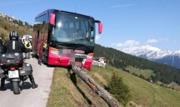 Szakadék szélén állította meg a buszt egy francia utas az osztrák Alpokban
