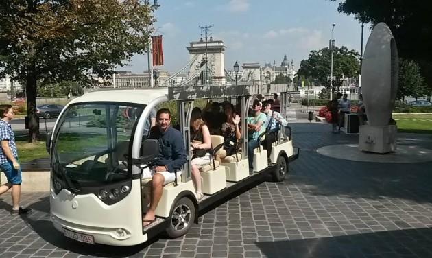 Fehér elektrobusszal a Várba