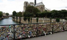 Eltávolítják a 45 tonnányi szerelemlakatokat a párizsi gyalogoshídról