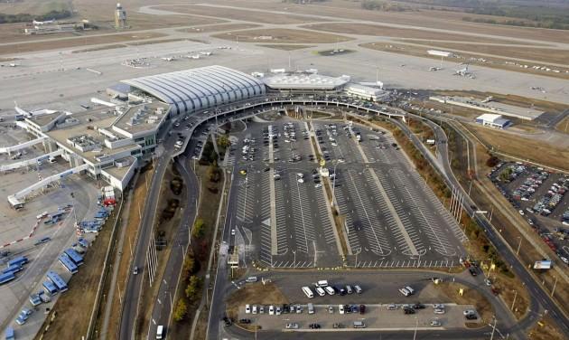 Ezerrel többen parkolhatnak a repülőtéren