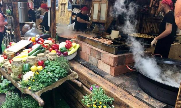 Kóstolók, kézműves programok a Vörösmarty téren