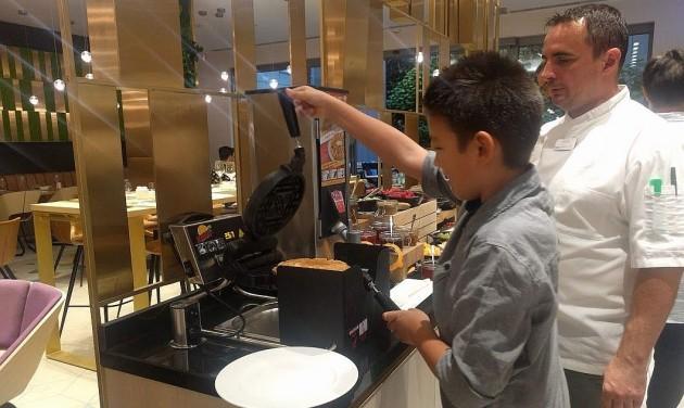 Ahol a vendég készíti a waffelt