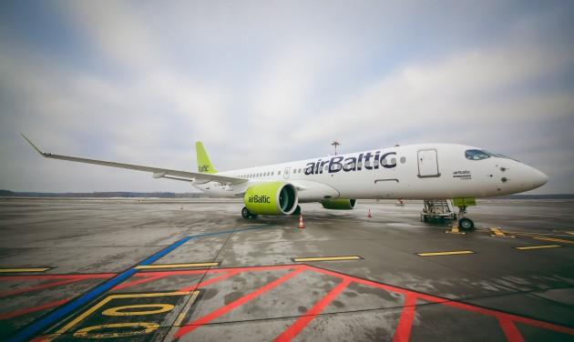 Iskolapadba ülnek az airBaltic pilótái