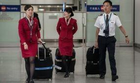 Túl szexi lett a stewardessek ruhája