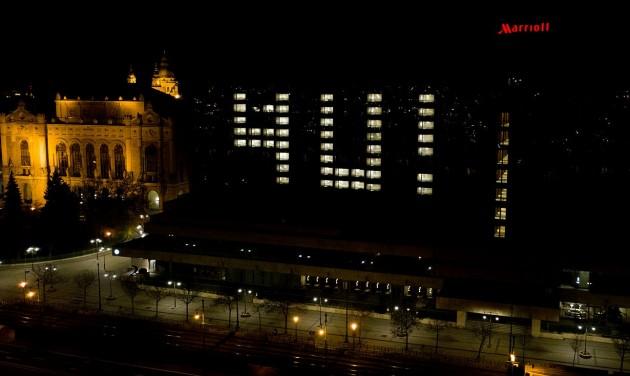 Budapest üres szállodák kivilágított ablakaival üzen a világnak