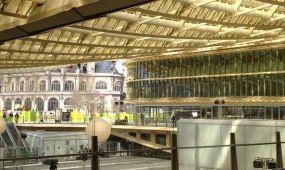 Üveg lombkorona borul a párizsi Les Halles látogatóira