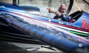 Extrém sportolók és veterán repülők a Red Bull Air Race-en