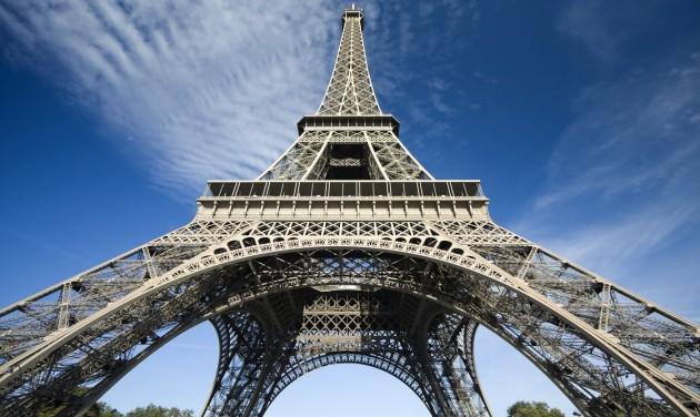 Zenével ünnepelte az Eiffel-torony a 300 milliomodik látogatóját