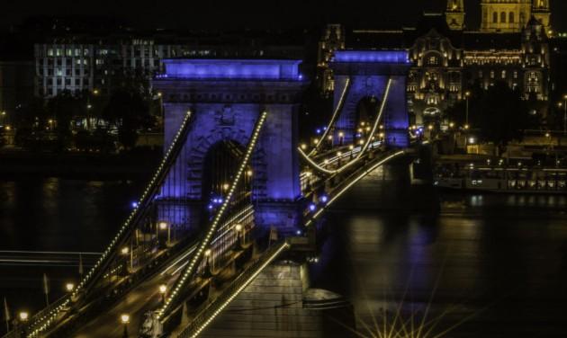 Vízkékben úszik Budapest több látványossága