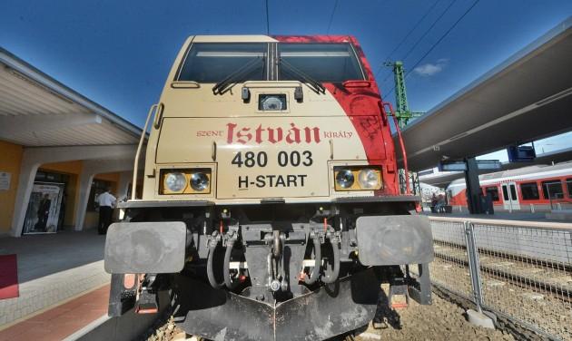 Erdélytől Bécsig hirdeti Székesfehérvárt a Szent István-dekorációs mozdony