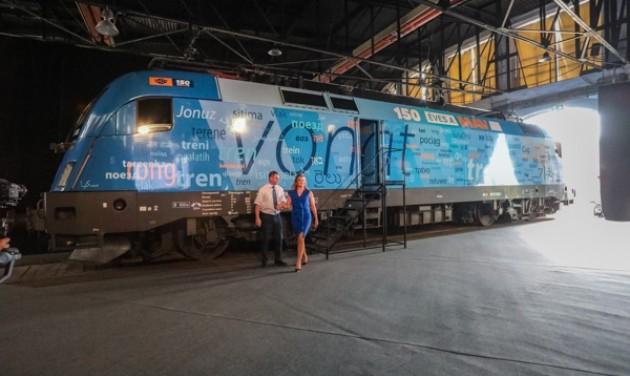 Jubileumi mozdony hirdeti a MÁV 150 évét