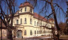 Kifehéredik a tatai Esterházy-kastély